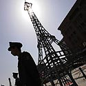 Sargybiniai stovi greta Paryžiaus Eifelio bokšto modelio