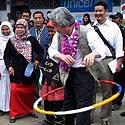 Japonijos premjeras Junichiro Koizumi kvailioja su lanku