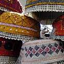 Prasidedant šventam Ramadano mėnesiui pakistanietis pardavinėja maldininkams kepures.