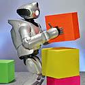 """""""Sonny"""" robotas humanoidas QRIO Tokijuje demonstruoja savo sugebėjimus."""