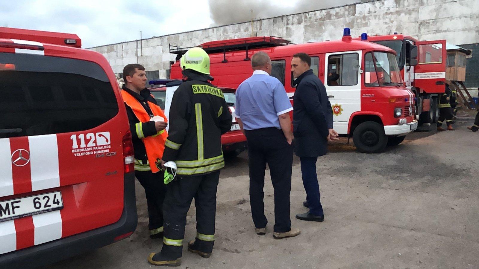 На спасателей обрушилась крыша во время пожара в Днепре, есть пострадавшие