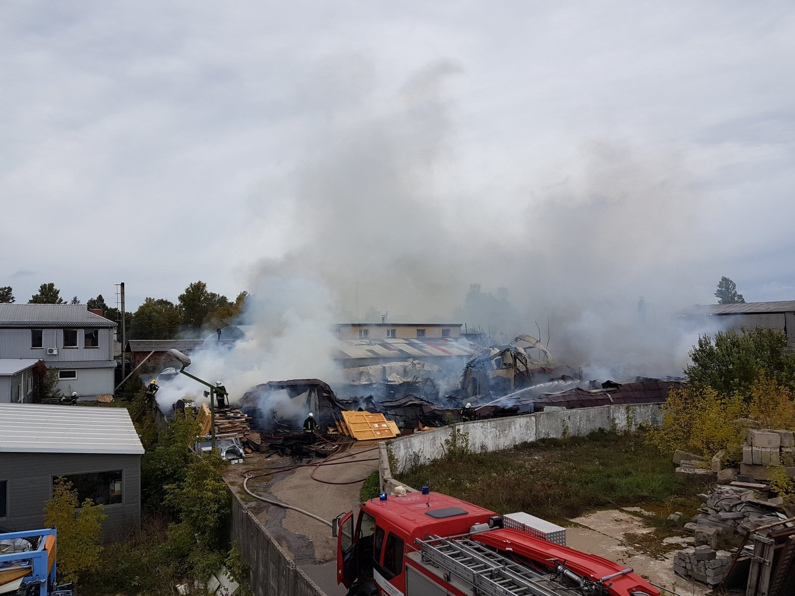 Из-за масштабного пожара на складах в Киеве открыли производство
