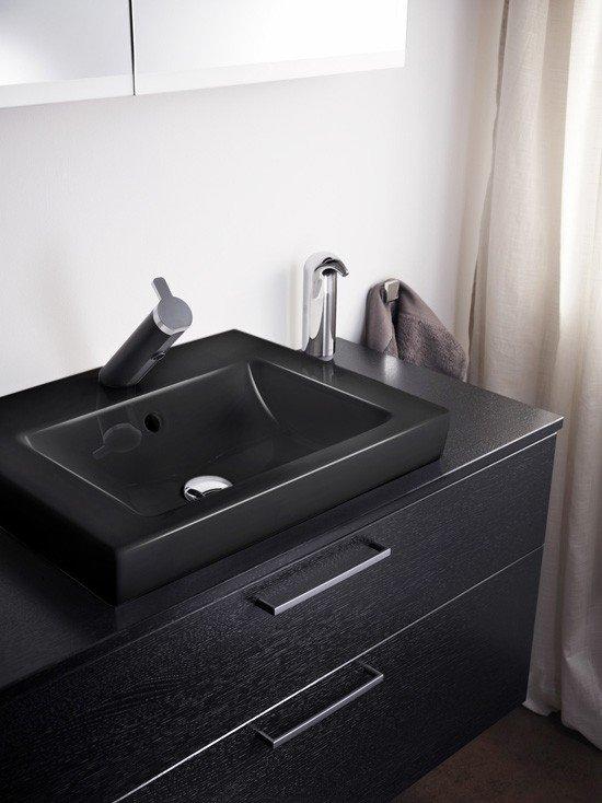 Interjero tendencijos juoda spalva užvaldė vonios kambarį