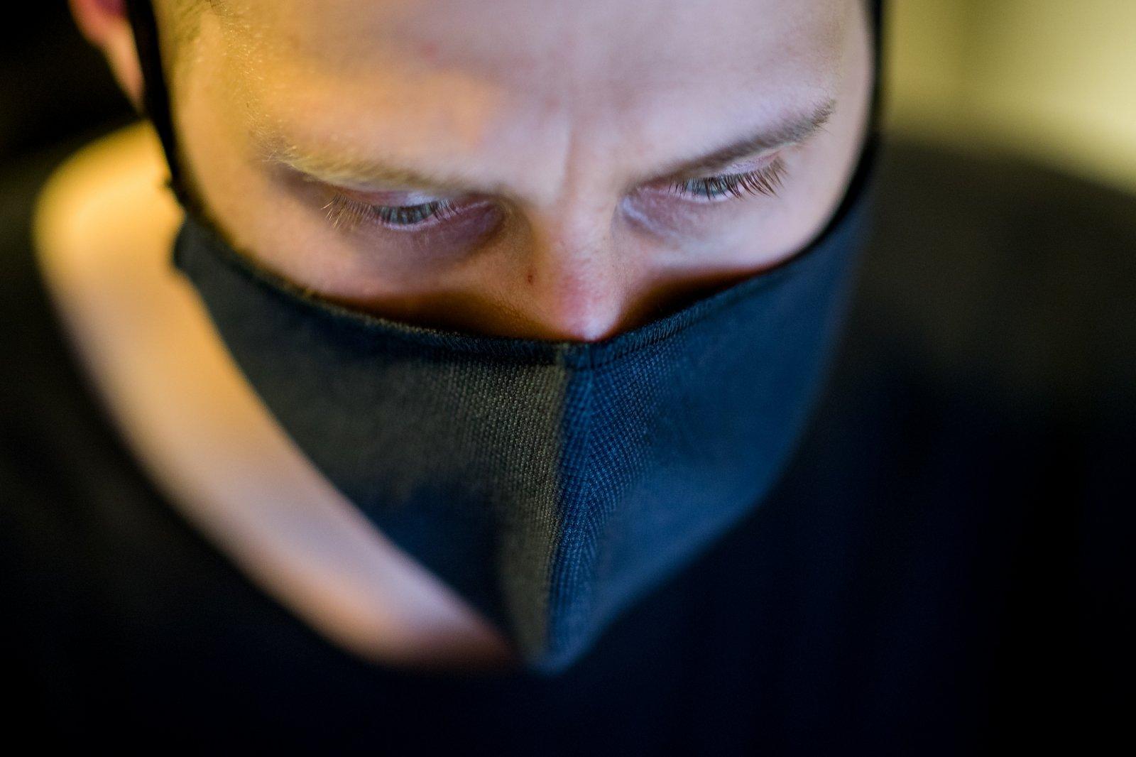 Браво охраннику: в Запорожье мужчина без маски устроил драку в супермаркете