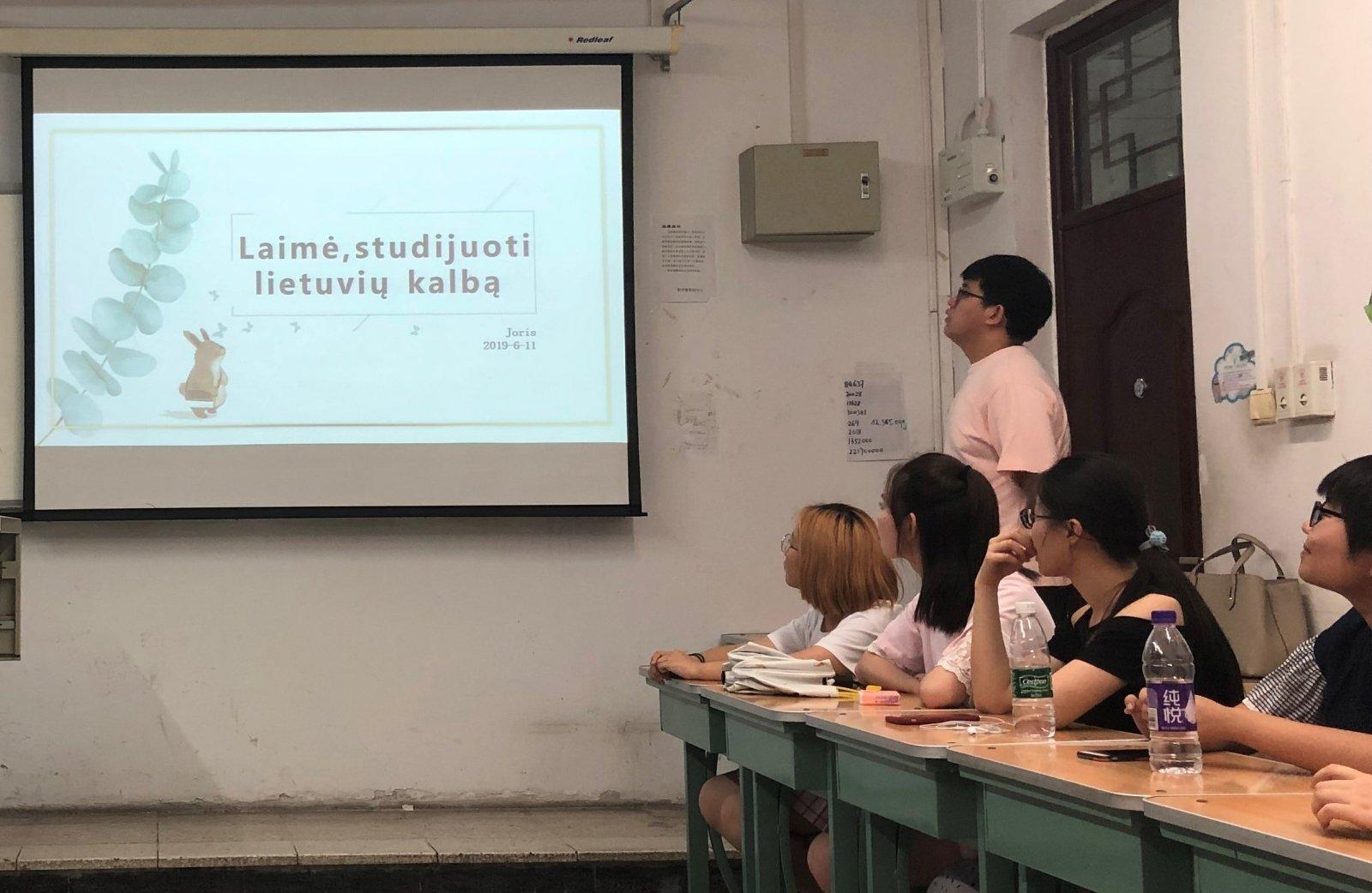 moterų studentų studijuoja varpą