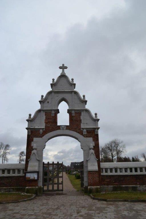 Kretingos senųjų II kapinių pietiniai vartai šiandien.