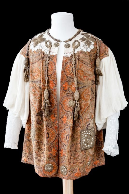 Neglige, priklausiusi Rokiškio dvaro grafams Pšezdzieckiams. Nuotrauka priklauso Rokiškio krašto muziejui.