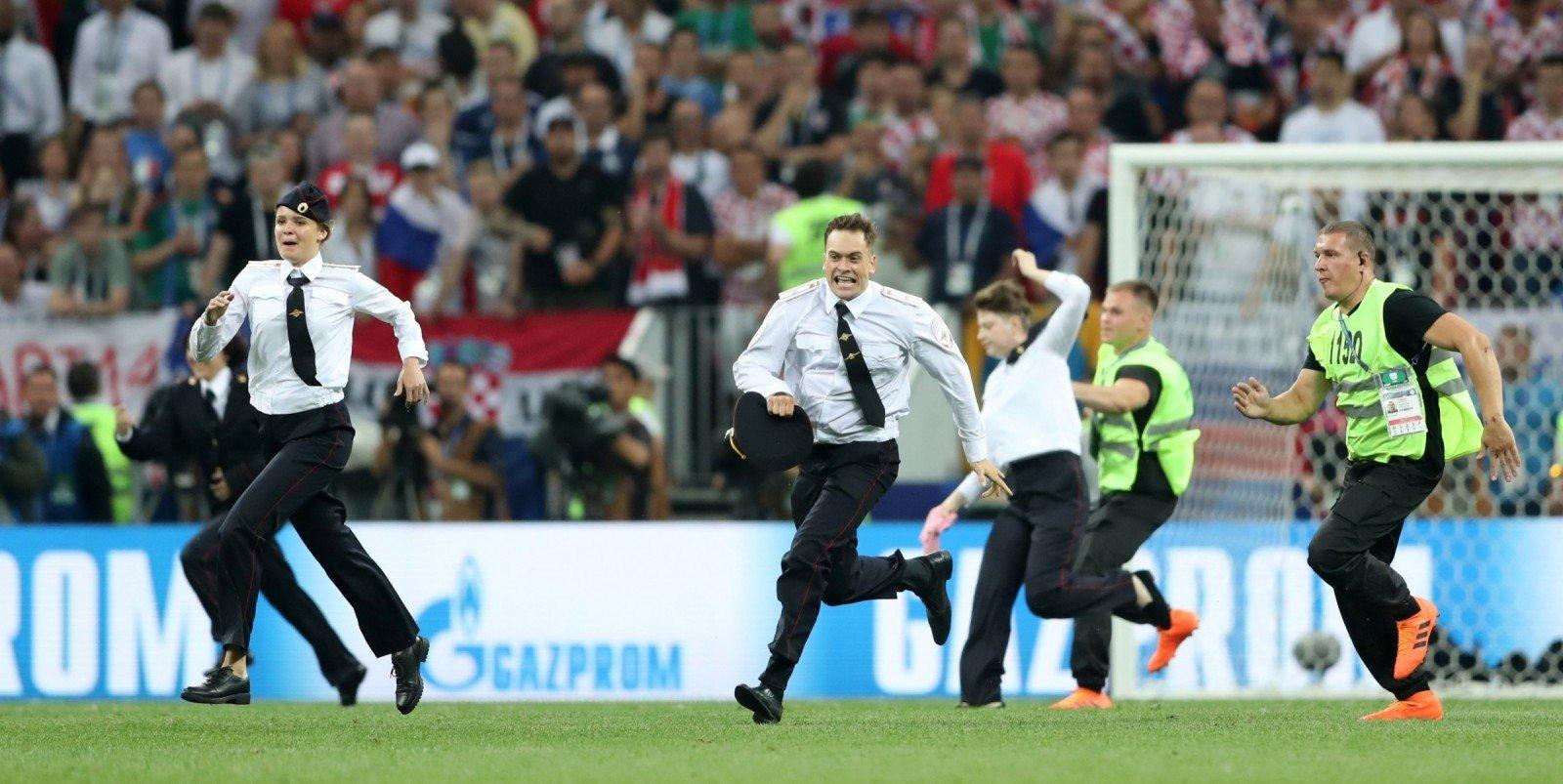 Матч прерывался из-за выбежавших наполе болельщиков— Хорватия
