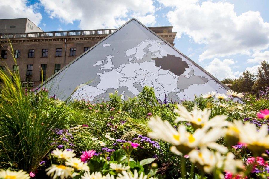 """Seimo fontanas: žemėlapis su """"užgrobta"""" Baltarusija ir gėlės ..."""