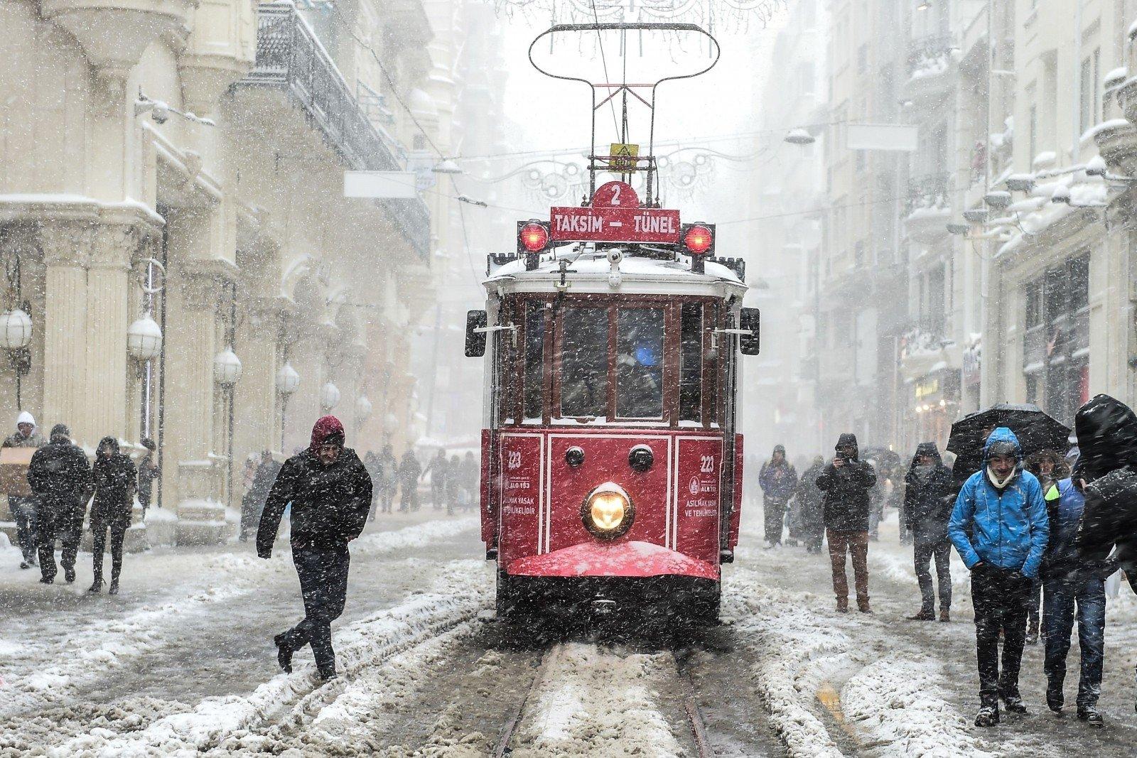 НаСтамбул обвалился мощнейший снегопад