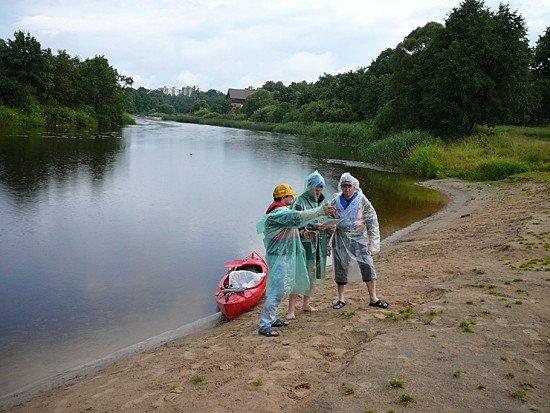 Tinkamai apsirengus baidarėmis galima plaukti ir per lietų