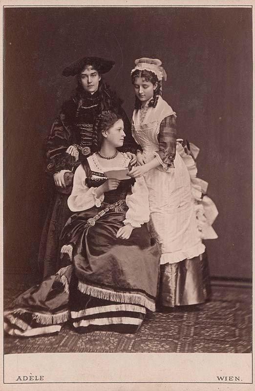 """Grafaitės Klementina Potockytė, Maria Breunner-Enkevoirth ir Wilhelmine Kinsky, XIX a. 8 deš., ateljė """"Adèle"""", Viena (Austrijos nacionalinė biblioteka)"""