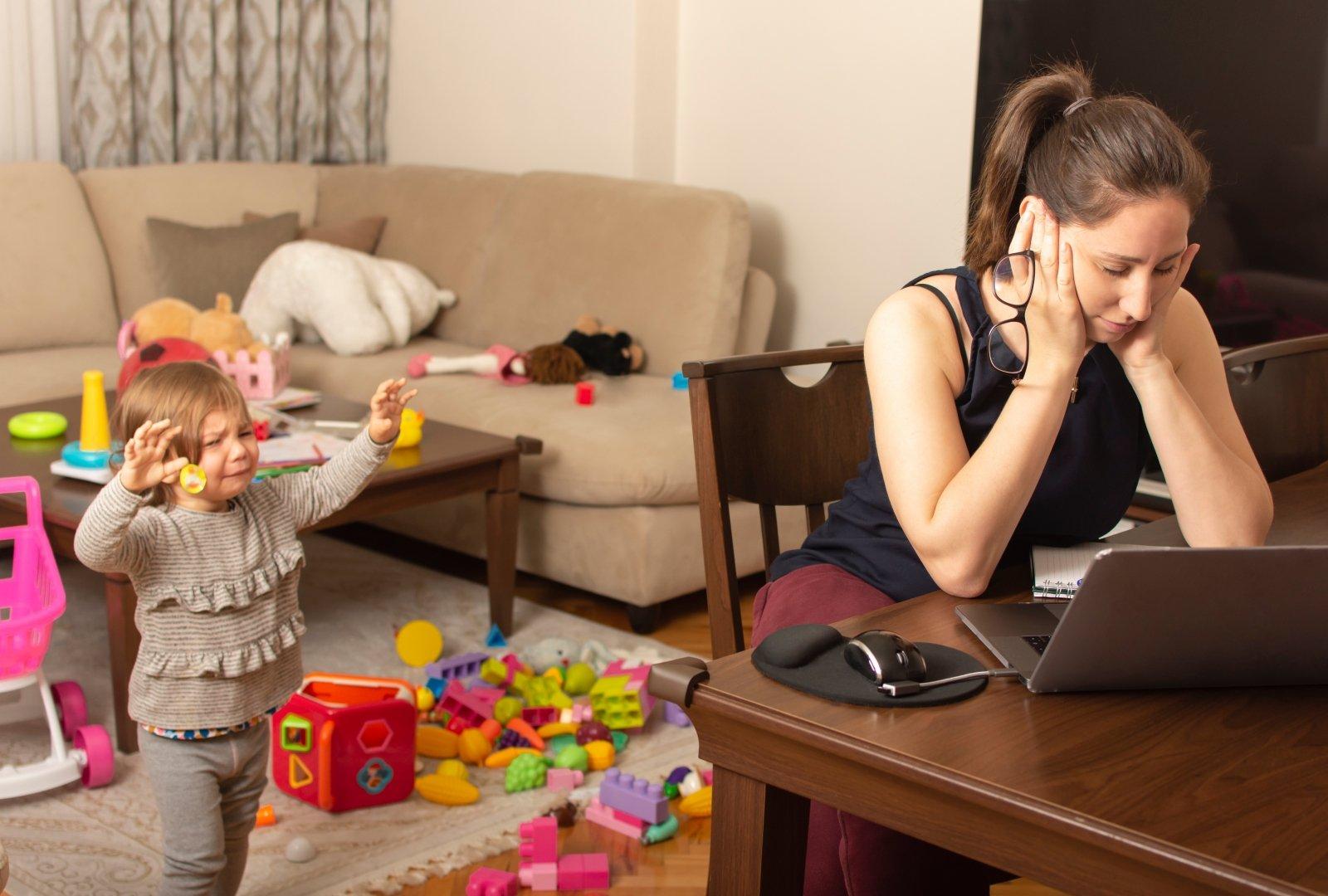 Aktualu visiems tėvams: patarimai, kaip efektyviai dirbti namuose, kai vaikas serga - DELFI Šeima