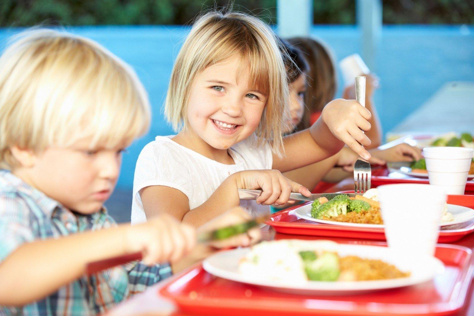 Nuo kitų mokslo metų dalis mokinių gaus nemokamą maitinimą - DELFI
