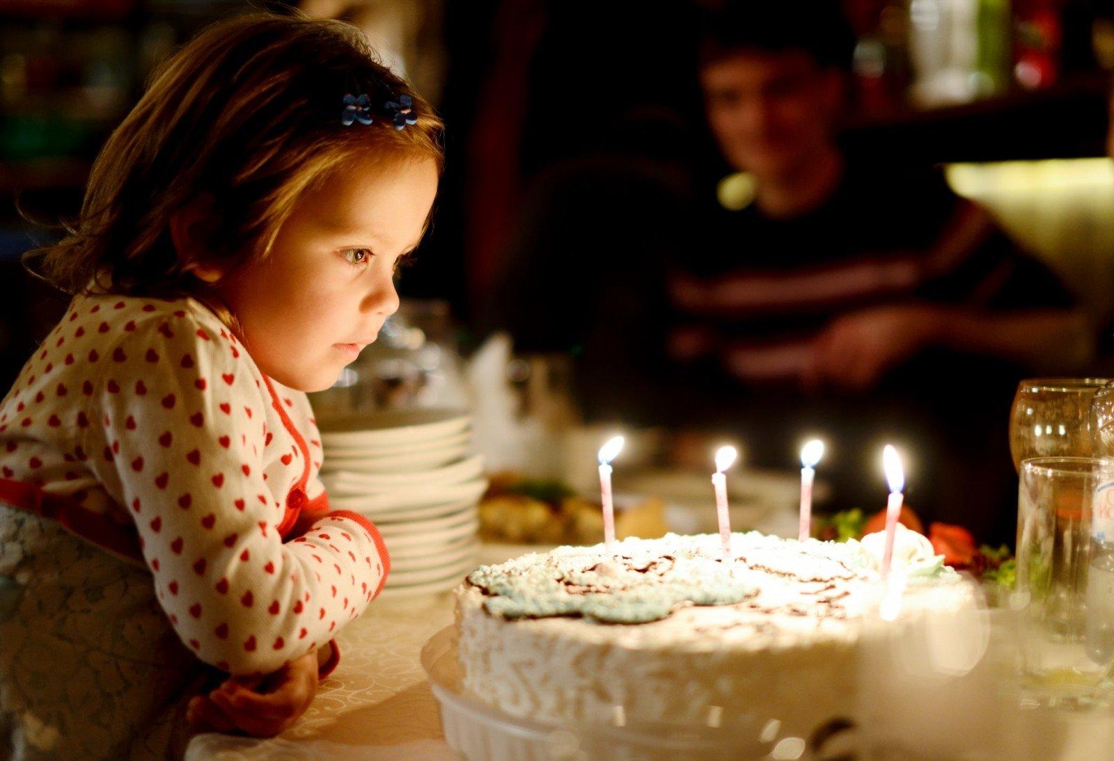 Фото ребенок задувает свечи
