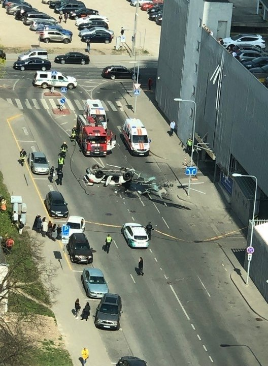 Vilniuje iš daugiaukštės mašinų stovėjimo aikštelės iškrito automobilis