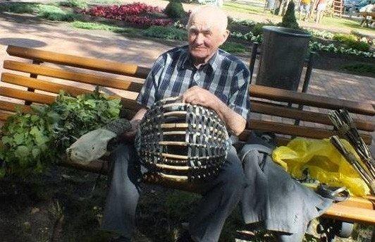 87-erių pintinių meistras nenuobodžiauja: gali ir vežimą, ir roges pagaminti